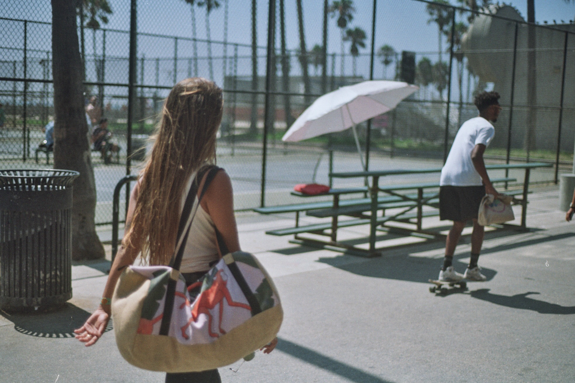 Lola Mignot in Venice Beach - Pink Jungle Collection - Fede Surfbags