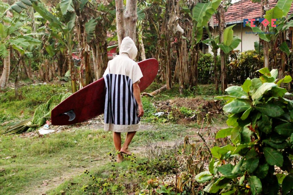 Surf Poncho and Changing Robe that make changing after surf or while traveling more easy and fresh. Limited Edition made with Hand-loomed Fabric from Sri Lanka.